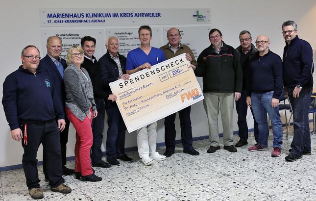 von links: Hans-Peter Diel, Udo Mergen, Elke Backes, Udo Adriany, Jochen Seifert, Chefarzt Wolfgang Petersen, Geschäftsführer Alfred Pitzen, Bernd Schiffarth, Bernd Kriechel, Alwin Brenner, Klaus Jüngling